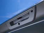 Grooves in the tailgate handle: For ease of grip and use, grooves in